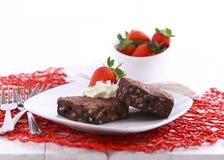 Schokoladen-Schokoladenkuchen mit Erdbeeren und Creme Lizenzfreies Stockfoto