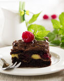 Schokoladen-Schokoladenkuchen mit Himbeeren Lizenzfreies Stockfoto