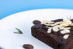 Schokoladen-Schokoladenkuchen mit Mandelscheibe in der weißen Platte lizenzfreies stockfoto