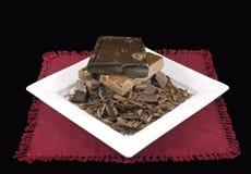 Schokoladen-Stapel auf weißer Platte und Burgandy Serviette Stockbild