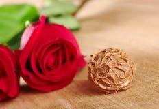 Schokoladen-Trüffel mit roten Rosen Lizenzfreie Stockbilder