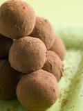 Schokoladen-Trüffeln auf einer Platte lizenzfreies stockfoto