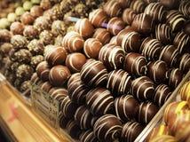 Schokoladen-Trüffeln in DisplayCase Lizenzfreie Stockfotos