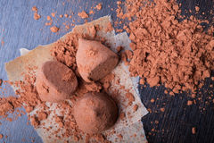 Schokoladen-Trüffeln mit Kakaopulver Stockfotos