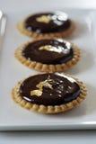 Schokoladen- und Goldblatt Minitartlets Stockbild
