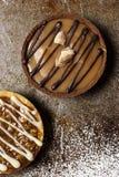Schokoladen-und Karamell-Törtchen Stockfotos