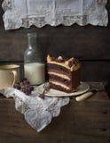 Schokoladen- und Karamellschichtkuchen Stockfoto