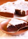 Schokoladen- und Pflaumenkuchen mit weißer Glasur Stockbilder