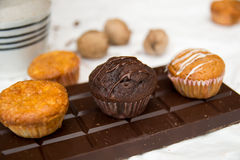 Schokoladen-und Vanille-Muffins auf einer Schokolade Lizenzfreie Stockfotos