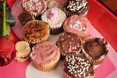 Schokoladen- und Vanille-Valentinsgrüße cupcakes2 Stockbild