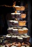 Schokoladen- und Vanillehochzeitskleine kuchen Stockbild