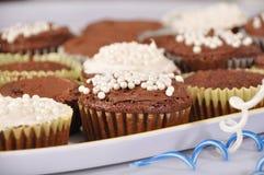Schokoladen- und Vanillekleine kuchen Lizenzfreies Stockbild