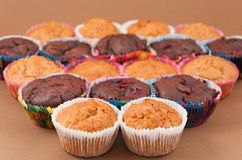 Schokoladen- und Vanillemuffins Stockfoto