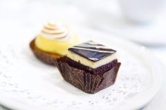 Schokoladen-und Zitronen-Törtchen Stockbilder