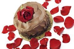 Schokoladen-Valentinsgruß-Kuchen mit Rose lizenzfreie stockfotos