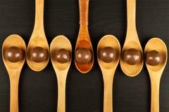 Schokoladenbälle auf dem Küchentisch Ungesunde Nahrung Adipositasrisiko und Diabetes Stockbilder
