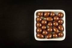 Schokoladenbälle auf dem Küchentisch Ungesunde Nahrung Adipositasrisiko und Diabetes Lizenzfreie Stockbilder