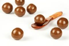 Schokoladenbälle auf dem Küchentisch Ungesunde Nahrung Adipositasrisiko und Diabetes Stockfotos
