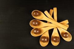Schokoladenbälle auf dem Küchentisch Ungesunde Nahrung Adipositasrisiko und Diabetes Lizenzfreies Stockbild