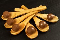 Schokoladenbälle auf dem Küchentisch Ungesunde Nahrung Adipositasrisiko und Diabetes Stockfoto