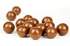 Schokoladenbälle auf dem Küchentisch Ungesunde Nahrung Adipositasrisiko und Diabetes Stockbild