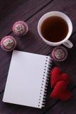 Schokoladenbälle, -eibische und -notizbuch Stockbilder