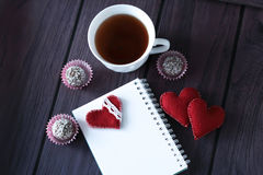 Schokoladenbälle, -eibische und -notizbuch Lizenzfreies Stockfoto