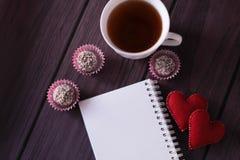 Schokoladenbälle, -eibische und -notizbuch Lizenzfreie Stockbilder
