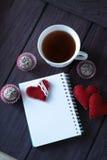 Schokoladenbälle, -tee und -notizbuch Stockbild