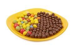 Schokoladenbälle und mehrfarbige Erdnussglasur Lizenzfreie Stockbilder