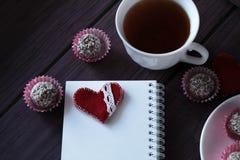 Schokoladenbälle und -notizbuch Lizenzfreie Stockfotos