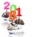 Schokoladenball in der Folienschale mit Kerze Stockfoto