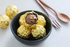 Schokoladenball mit goldener Folie Lizenzfreie Stockbilder