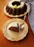 Schokoladenbauchkuchen besprüht mit Frucht, Zuckerpulver auf einem weißen Hintergrund der Platte stockbild