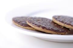 Schokoladenbiskuite auf einer weißen Platte Lizenzfreie Stockfotos