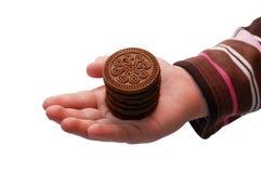 Schokoladenbiskuite auf Kindhand Lizenzfreie Stockbilder