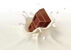 Schokoladenblock, der in das Milchspritzen fällt stockfotografie