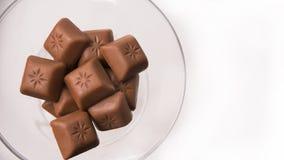 Schokoladenblockstapel auf Weinglas Stockfoto