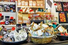 Schokoladenbonbons auf Regalen und Körbe am Riga-Weihnachtsmarkt Lizenzfreies Stockbild