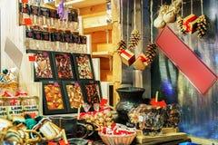 Schokoladenbonbons auf Stand während des Riga-Weihnachtsmarktes Lizenzfreies Stockbild