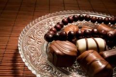 Schokoladenbonbons und -halskette Lizenzfreies Stockfoto