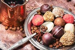 Schokoladenbonbons und -kaffee Stockbild