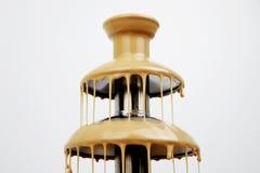 Schokoladenbrunnen der Kondensmilchs, lokalisiert auf weißem Hintergrund Köstlicher Fondue-Nachtisch stockfotos