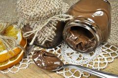 Schokoladencreme in den kleinen Gläsern lizenzfreie stockfotos