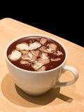 Schokoladencreme mit Mandel Stockfotos