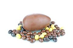 Schokoladenei mit kleinen Eiern Stockbilder