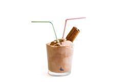 SchokoladenEiscreme auf weißem Hintergrund mit dem Zimt lokalisiert Stockfoto