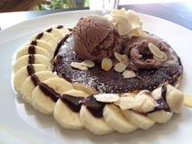 SchokoladenEiscreme und Pfannkuchen Lizenzfreie Stockfotografie