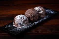 SchokoladenEiscremebälle lizenzfreie stockfotos