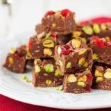 Schokoladenfondant mit Glace Kirschen, Pistazien und Kokosnuss Lizenzfreies Stockfoto